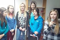 Příprava na společné zpívání děvčat ze ZUŠ Sezimovo Ústí.