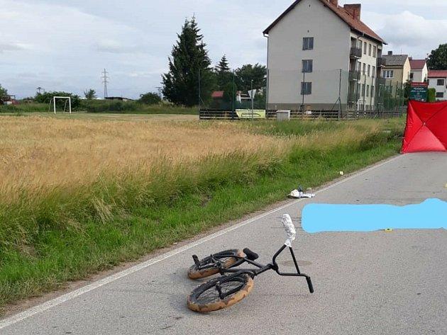 Tragický střed auta a kola stál mladého cyklistu život.