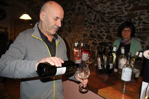Také Ladislav Makovec v 11.11 hodin otevřel letošní mladé víno.