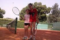 Hodně času tu trávíme na tenisovém kurtu.