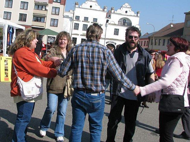 Při jarmarku se na náměstí i tančilo