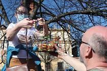 Ve Veselí nazdobili lidé na náměstí T. G. Masaryka lípu. Velikonoční výzdobu si užívají i děti.