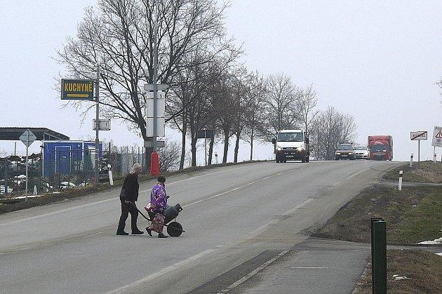 ROZHLÉDNOU SE A PŘEJDOU.  Lidé z Klenovic, kteří mají přechod pro chodce daleko, si raději desítky minut postojí u silnice a pak přejdou.