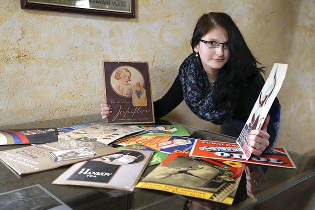 ORIGINÁLNÍ plakáty, letáky, účtenky a návrhy reklamních štítů z období mezi dvěma světovými válkami nabídne výstava Kolovrz v obrazárně Špejchar v Želči na Táborsku.
