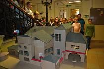 Repliku Benešovy vily z tvrdého kartonu představili ostatním žákům chýnovští deváťáci.