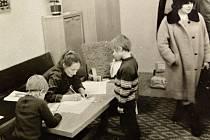 Děti u zápisu do první třídy v jistebnické základní škole.