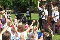 V sobotu zaplnil klášterní zahradu v Bechyni již 26. ročník divadelní přehlídky Divadlo v trávě.