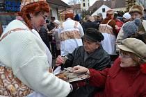 Masopustní průvod v Plané nad Lužnicí končil v sobotu odpoledne před radnicí. Sešlo se hned několik národů.