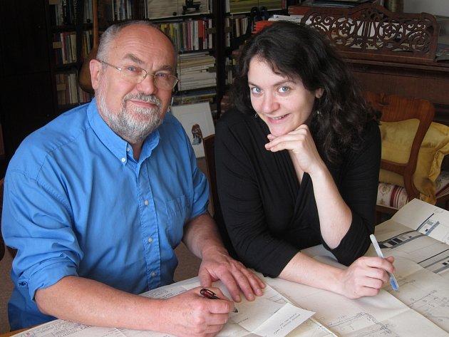 Jan Hubička zdědil lásku k architektuře po svém dědečkovi a pak jí nakazil svou dceru Evu. K práci ji pustil hned v prvním ročníku jejího studia vysoké školy. Společně jsou od té doby podepsaní pod každým projektem.