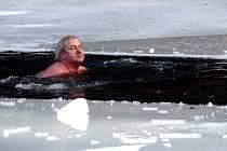 Čtyřicítka otužilců si na vlastní kůži vyzkoušela, jaké to je plavat ve vodě, která měří pouze jeden stupeň. Někteří tuto příležitost využili i k opalování.