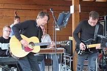 Koncert kapely Domácí výroba aneb Pecky všecky na koupališti měl své kouzlo.