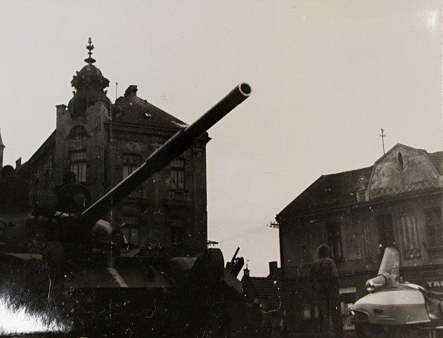 Tanky v táborských ulicích během srpna 1968.