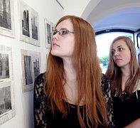 Jeden z trojrozměrných pomníků zdobí i báseň, která je dílem Markéty Mušálkové (vpředu). Kromě básně na výstavu přidala fotografie pěti pomníků. Pětadvaceti snímky přispěla i Veronika Vičíková (vzadu).