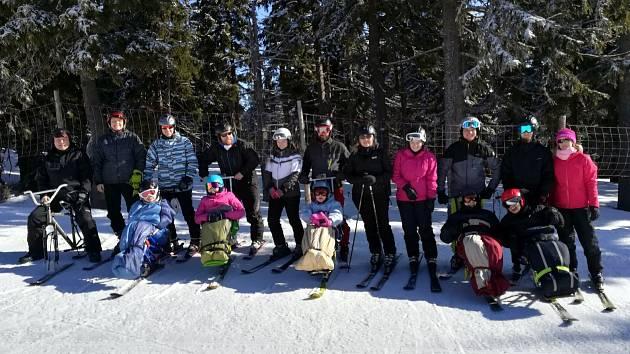 MONOLYŽE. Díky speciálnímu náčiní lyžují i vozíčkáři.