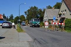 Uzavírka silnice v Sezimově Ústí.