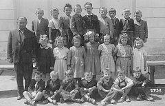 FOTOGRAFIE z roku 1954 zachycuje děti z oldřichovské obecné školy. V této době tady učil František Šmíd.