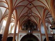 Kamenné prvky s novou cihlovou výmalbou kostel rozzářily.