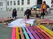 Na náměstí vyráběli dobrovolníci nábytek pro festival Jeden svět.