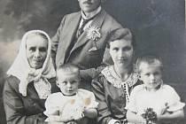 RODINNÝ SNÍMEK. Fotografie z 15. srpna 1926 zachycuje Karla Kazimoura, jeho matku Annu, dceru Blaženu a manželku Marii, která drží na klíně dceru Vlastu (prvorozená).