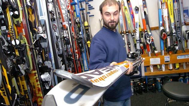 VYPADÁ DOBŘE. Také snowboardy a lyže si vybírá řada lidí v bazarech. Prodávající odpovídá za vady pouze v době koupě. Výjimkou jsou skryté vady, které se projevily až později.
