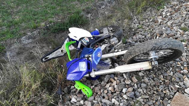 Na železničním přejezdu se střetl vlak se sedmatřicetiletým motorkářem.
