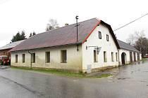Objekt zemědělské usedlosti dnes patří obci, je v něm dílna a v sále za budovou se nachází sklad.