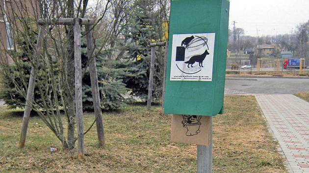 Na Náchodském sídlišti v Táboře byly stojany se sáčky na psí výkaly instalovány jako první. Pejskaři si na ně zvykli.