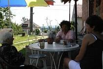 Kávičku s maminkou si Jitka Zemanová (vpravo) dopřává každý den. Bydlí naproti sobě, a tak to nemají daleko. Na Radimovicích u Želče obě oceňují hlavně klid.