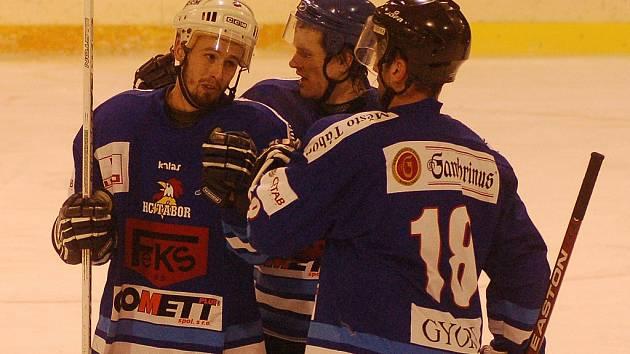 Hokejový tým HC Tábor by nemusel doznat do příští mistrovské sezony výraznějších změn. Vedení táborského klubu by určitě přivítalo setrvání útočníka Luboše Voříška, o svou šanci by se mohl prát i hráč letošní úspěšné juniorky Jan Žižka.