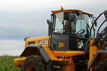 NA POLI. Zemědělci mají teď na pilno. Kombajny i traktory jsou na polích kvůli sklizni téměř nepřetržitě. Na snímku traktorista Michal Fučík ze Záhostic, který pracoval na Chýnovsku.