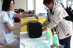 KONTROLA POD UV LAMPOU. Věra Šurániová z Tábora se včera přišla přesvědčit, jestli zvládá techniku správného mytí rukou. Pavla Zámečníková (vlevo) jí ukazuje, kde může výsledek pozorovat. F