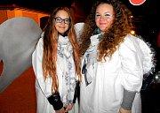 Dva andílci v davu prodávali lucerny na betlémské světlo.