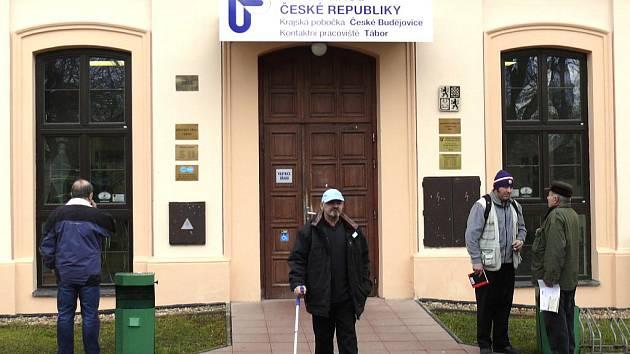 Největší počet  nezaměstnaných tvořili ke konci roku  2011 lidé se středním odborným vzděláním. Je jich na Táborsku evidováno 2146.
