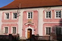 Náměstí, kde stojí fara, se jmenuje podle mladovožického faráře, který se zasloužil o stavbu kostela sv. Martina.