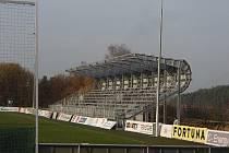 Stadion v Kvapilově ulici se pyšní novou tribunou (zde foto před jejím dokončením)