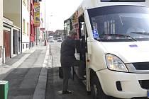 Autobus v Komenského ulici zastavuje přímo před vchodem Martiny Pažinové.