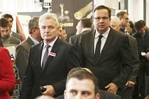Na zákaznické a distributorské dny ve strojírenské společnosti Kovosvit zavítal včera ministr průmyslu a obchodu Jan Mládek (vpravo). Na snímku je s předsedou představenstva Kovosvitu Františkem Komárkem.