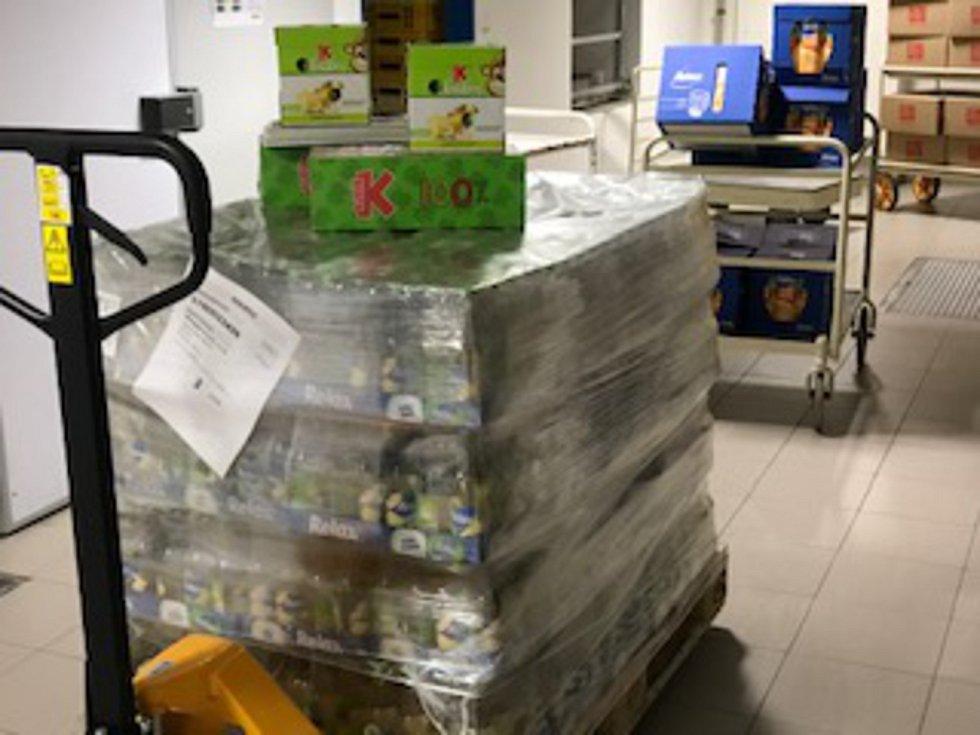 Zdravotní personál táborské nemocnice obdržel darem také velikonoční perníčky, čokoládové pralinky či džusy.