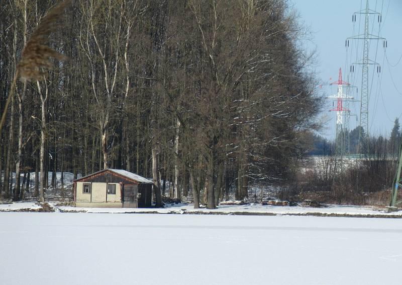 Kachní farma Strkov v Plané nad Lužnicí je jeden z velkochovů drůbeže na Táborsku v tzv. pásmu dozoru, nachází se ve vzdálenosti do deseti kilometrů od ohniska v Dlouhé Lhotě.