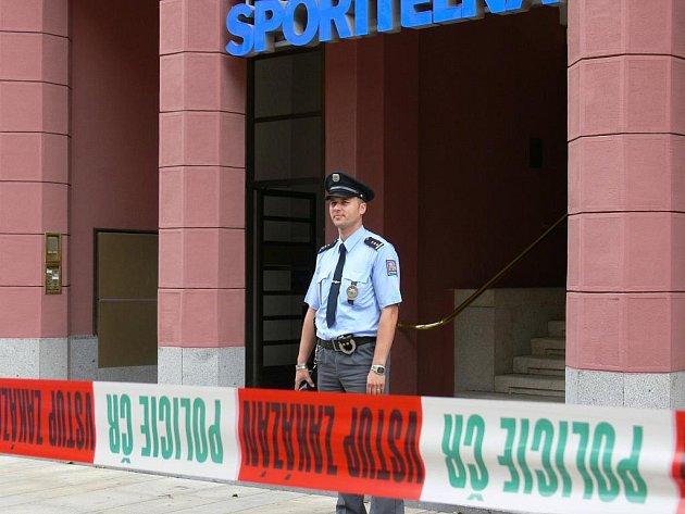 Do budovy České spořitelny je vstup zakázán.