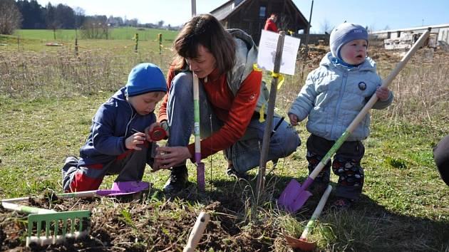 """V neděli oslavovali rodiče, prarodiče a hlavně děti příchod jara na zahrádce. V lesní MŠ Žijem lesem byl pro zúčastněné připravený odpolední program s názvem """"Stezka malého zahradníka""""."""