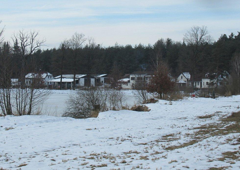 V Dlouhé Lhotě na Táborsku v pátek 22. ledna potvrdila veterinární správa ptačí chřipku. Vyšetření nákazu odhalilo u drobného chovatele na samotě u lesa.