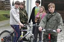 Místní děti se doopravdy nenudí. Pravidelně chodí do lesa hrát airsoft, jezdí na kolech a užívají si to. O bydlení ve městě nechtějí ani slyšet, nikdy by neměnily.