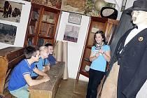 Páťačka Simona Meyerová se spolužáky v dobové učebně dějepisu.