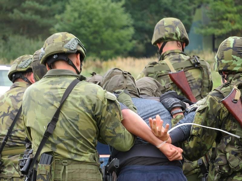 Protiletadlový raketový pluk Strakonice a civilní zálohy cvičily na bechyňské základně vedení boje se vzdušným protivníkem včetně zásahu proti demonstrantům útočícím na jejich techniku.