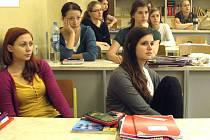 Studenti z táborského Gymnázia Pierra de Coubertina včera místo chemie diskutovali o způsobech, které by mohly přinést změnu na politické scéně.