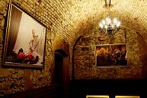 Interiér klubu je stylizovaný do new gothic stylu.