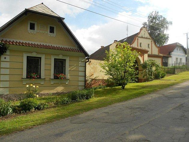 Obec Rataje na Bechyňsku už zdobí modrá stuha z roku 2006.
