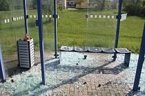 Neznámý vandal se v Táboře vyřádil.