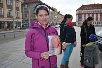 Maminka Jana Zvěřinová ukazuje, jaká může být reakce lidského těla na očkovací látku.